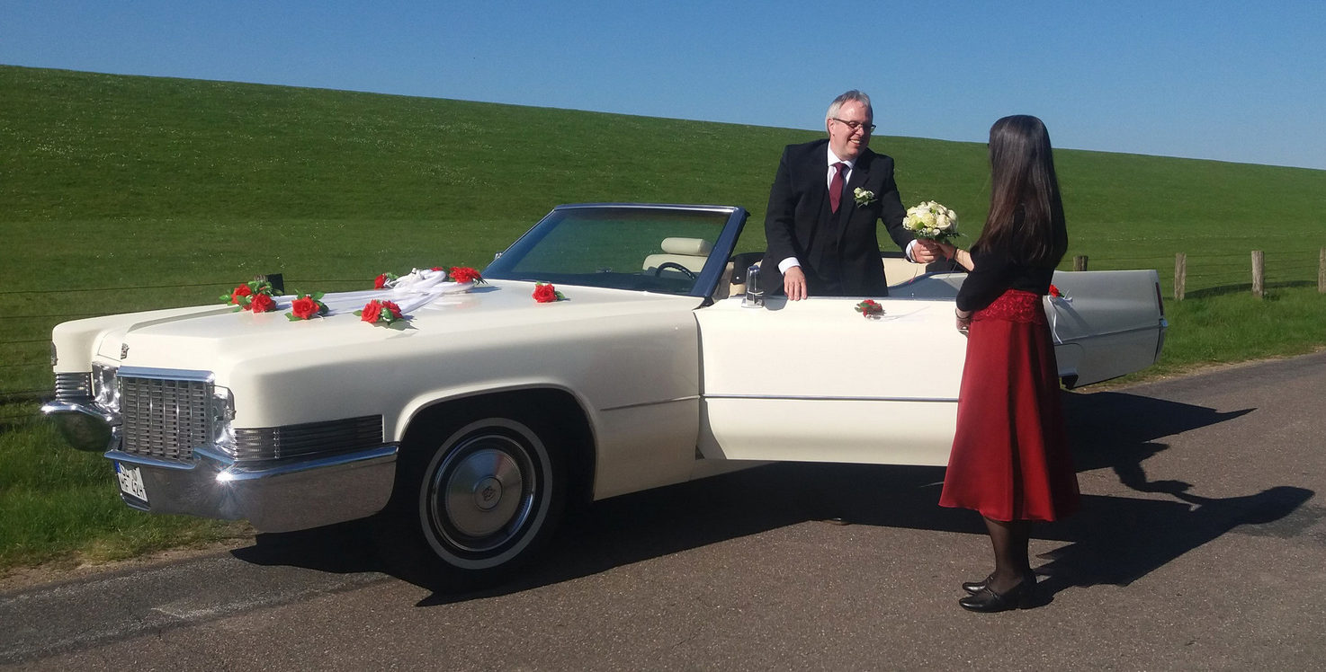 Brautpaar am Deich mit Cadillac