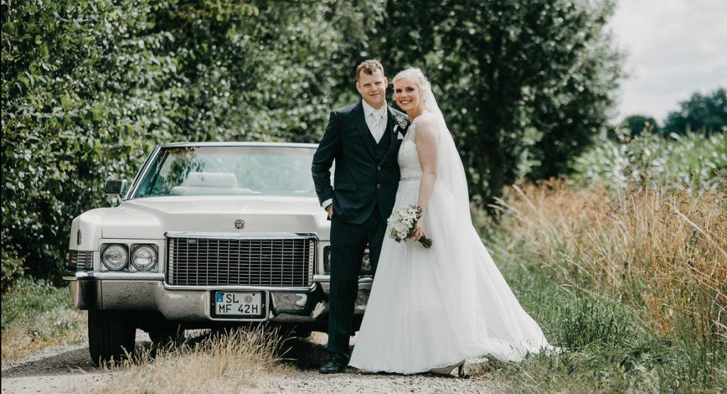 Brautpaar mit Cadillac