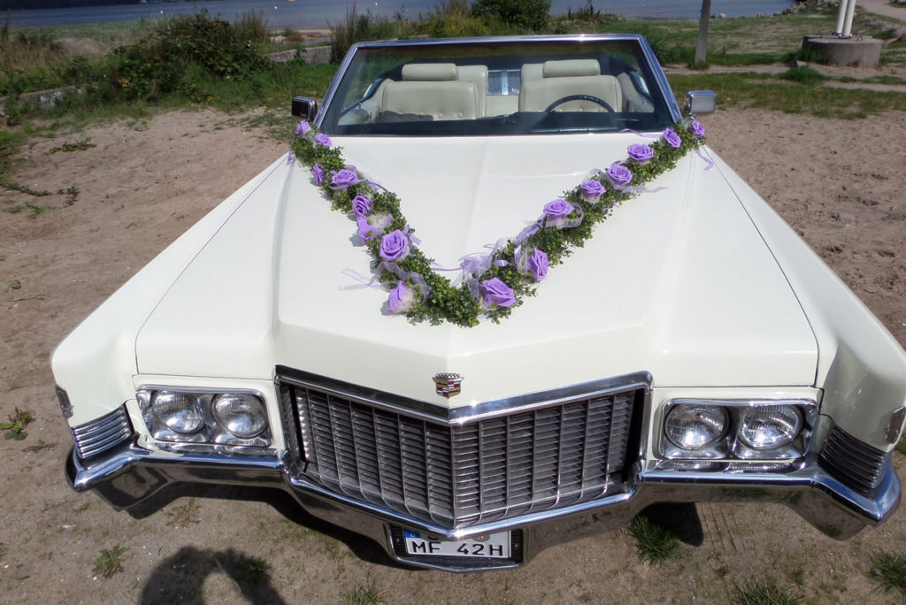 Lila Blumenschmuck Cadillac