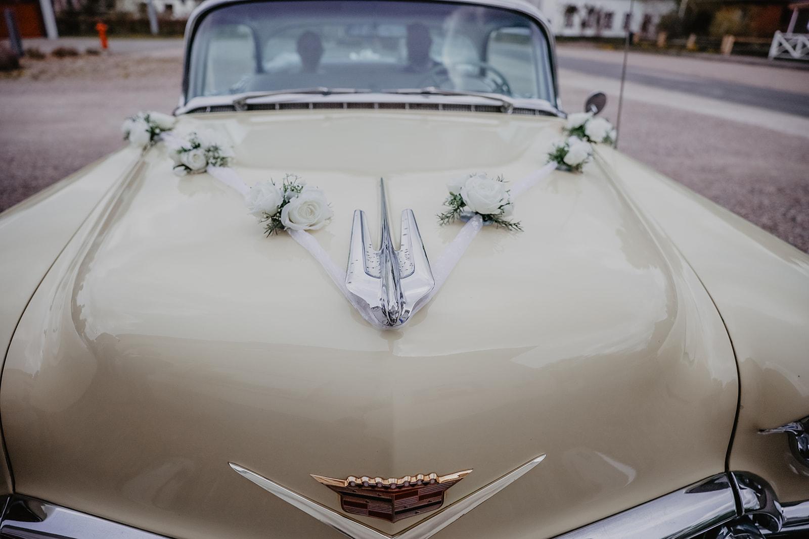 1956er Cadillac Deville mit Blumenschmuck auf der Kühlerhaube